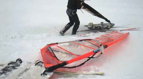 Tässä vielä tilannekuva eilisestä lumimyräkästä - huomaa jalkalenkkien paikat. Kovassa kelissä pienen purjeen mastonjalka menee tosi eteen, isompi purje vähän taaksepäin. Heikossa tuulessa 9.5 menee aika taakse.   Taustalla hiilikuituinen Rujo - toinen tarina leveiden kelkkojen puolella